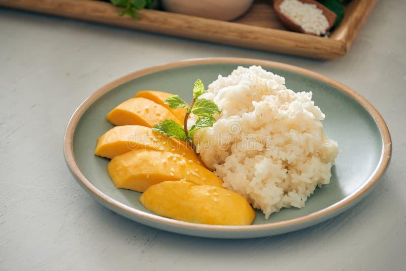 与糯米-泰国的普遍的传统点心的芒果 库存图片