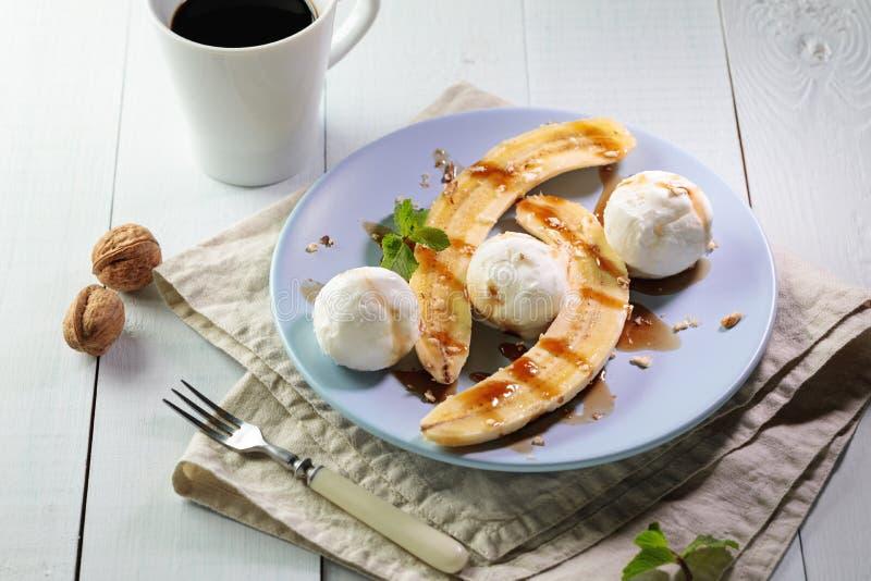 与素食主义者冰淇淋的香蕉半剖条 免版税库存照片