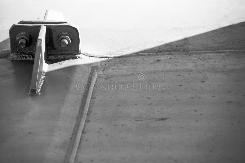 与紧固金属结构的螺栓和坚果的黑白照片 免版税图库摄影