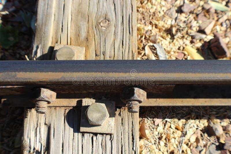 与紧密路轨和附有的螺栓的铁路领带  库存照片
