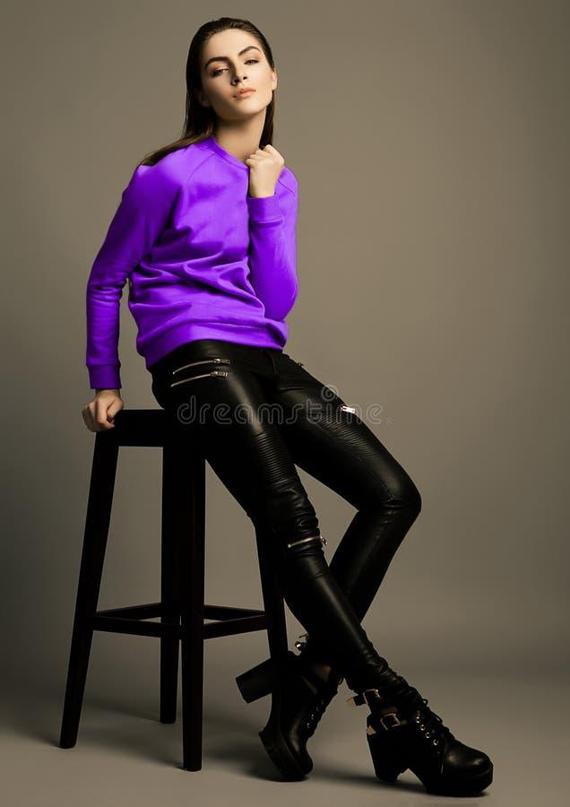 与紫罗兰色紫色套头衫的美好的时装模特儿 免版税库存照片