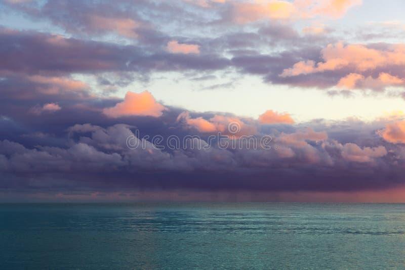 与紫色云彩的美好的海景 免版税库存图片