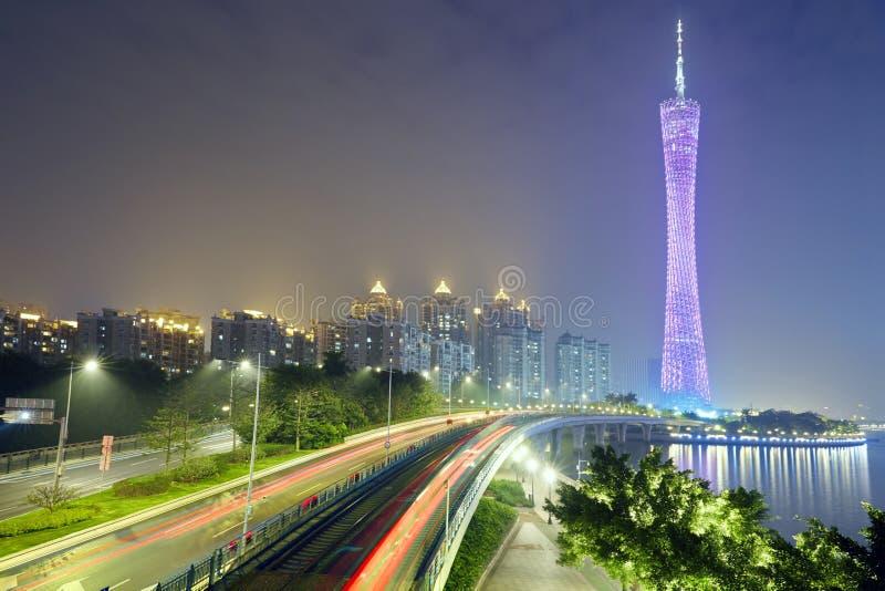 与紫色光在紫罗兰色晚上,广州的小行政区塔 免版税图库摄影