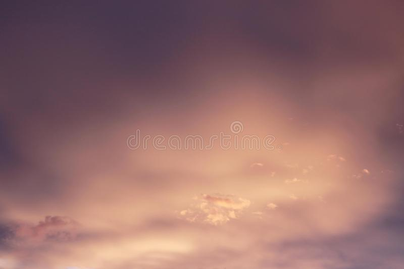 与紫色口气的橙色日落 免版税图库摄影