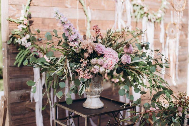 与紫色玫瑰的婚姻的不对称的时髦的花束 免版税图库摄影