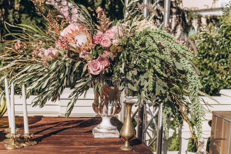 与紫色玫瑰的婚姻的不对称的时髦的花束 免版税库存照片