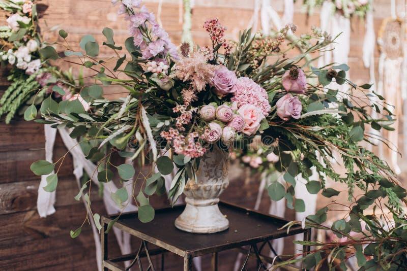 与紫色玫瑰的婚姻的不对称的时髦的花束 免版税库存图片
