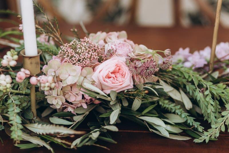 与紫色玫瑰的婚姻的不对称的时髦的花束 库存图片