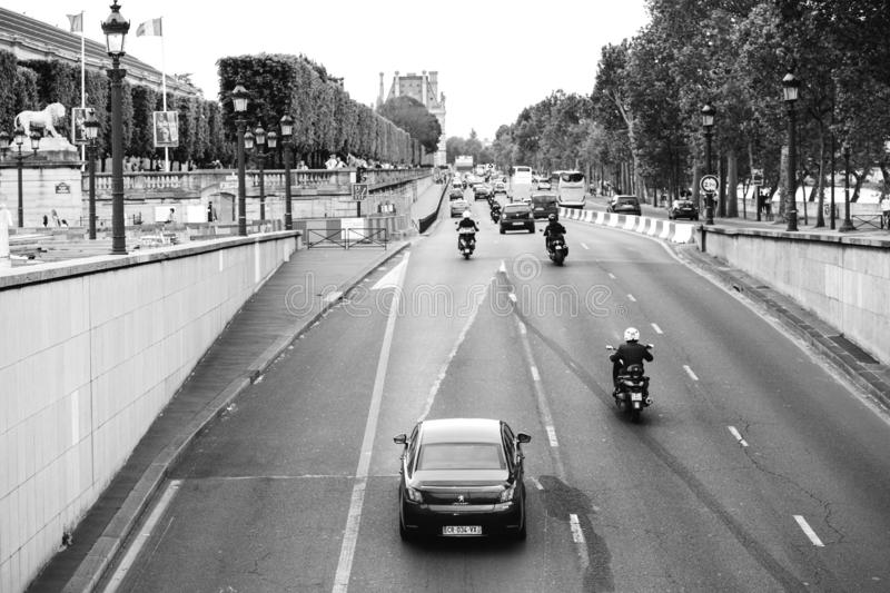 与繁忙运输的Quai des Tuileries在巴黎 库存照片