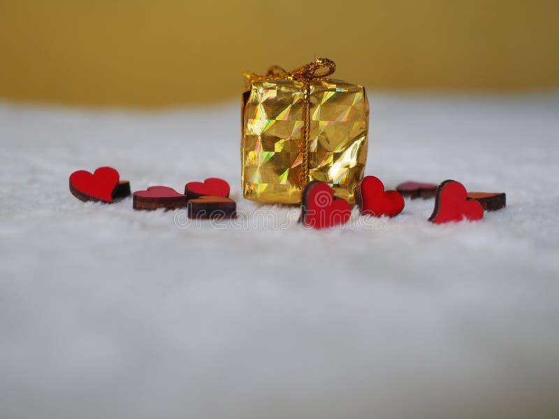 与红心的圣诞礼物在白色背景,文本的地方 免版税库存图片