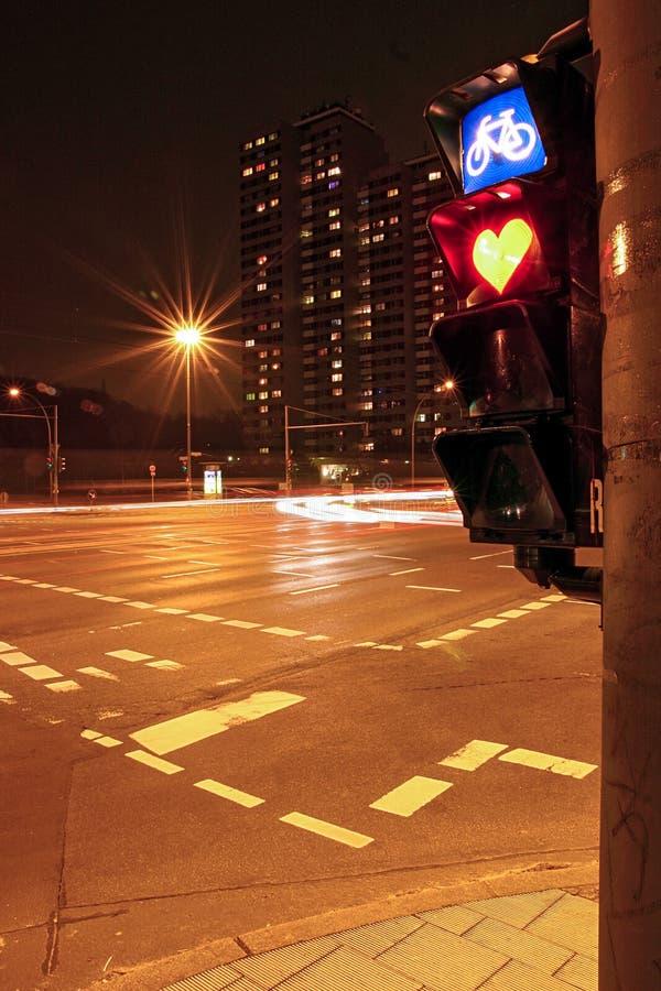 与红心的红灯在城市在晚上 库存照片