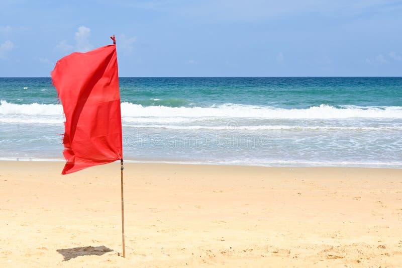 与红旗的Karon海滩 免版税图库摄影