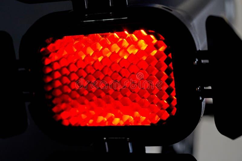 与红灯和蜂窝的聚光灯 演播室的照片和视频器材 库存照片