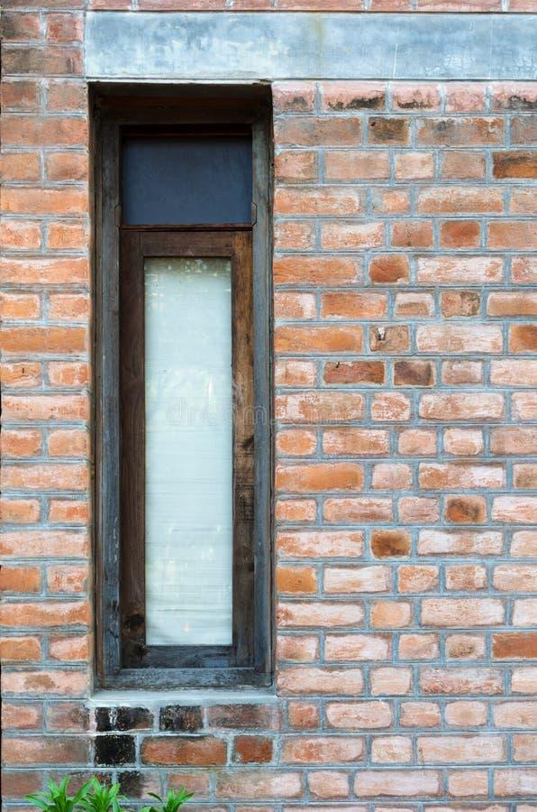 与红砖墙壁的减速火箭的窗口 库存照片