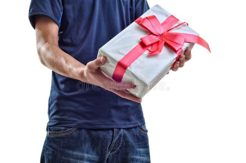 年轻与红色丝带的人提供的白色礼物对您 查出 图库摄影