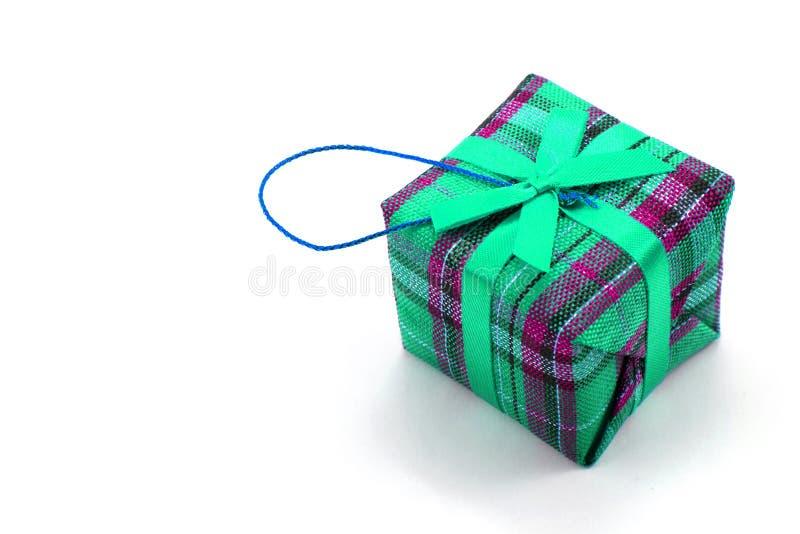 与红色丝带的唯一礼物盒 库存照片