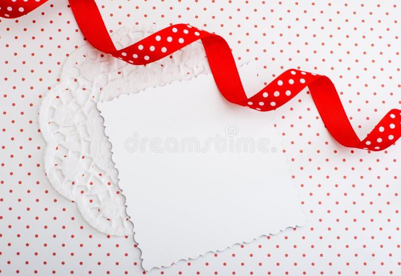 与红色丝带的装饰卡片 免版税库存照片