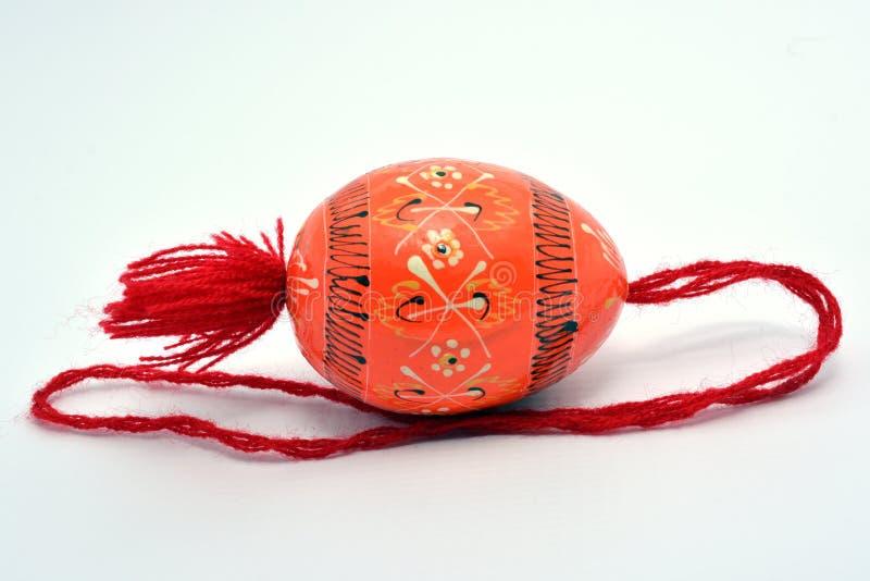 与红色串的木复活节彩蛋 免版税库存照片