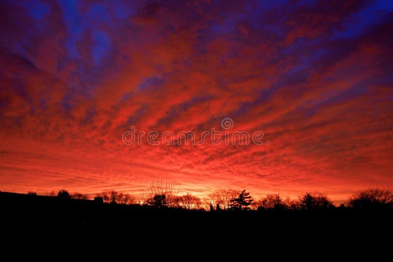 与红色云彩和黑暗的天际的日出 库存图片