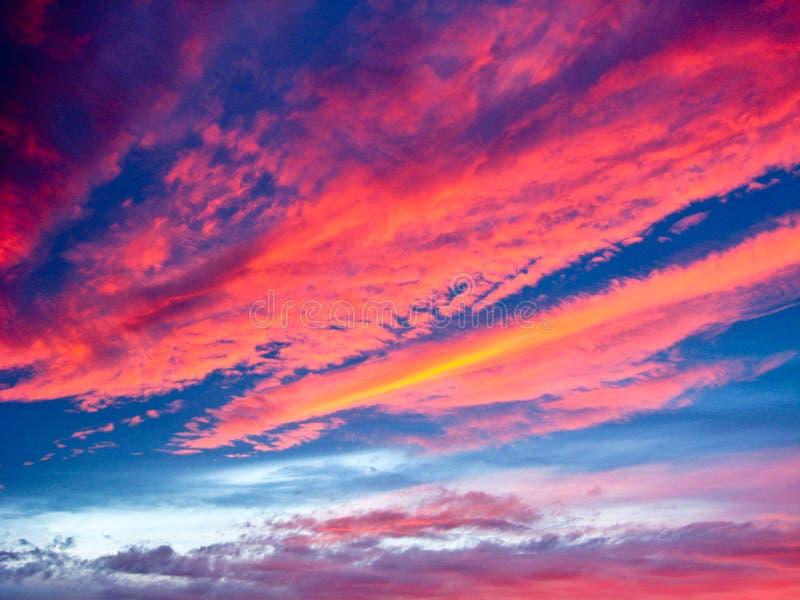与红色云彩的晚上风景 免版税库存照片