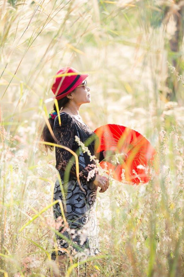 与红色伞的亚洲妇女画象 库存图片