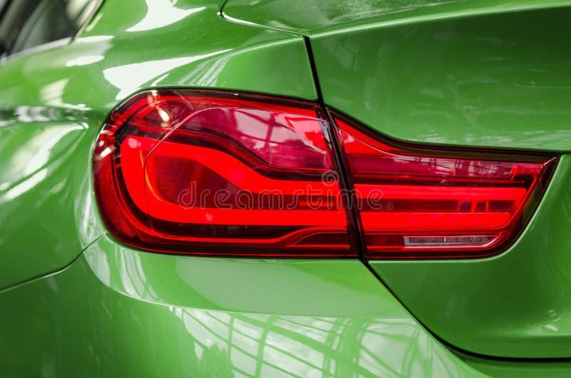 与红色刹车灯的汽车后方尾巴lampe 库存图片