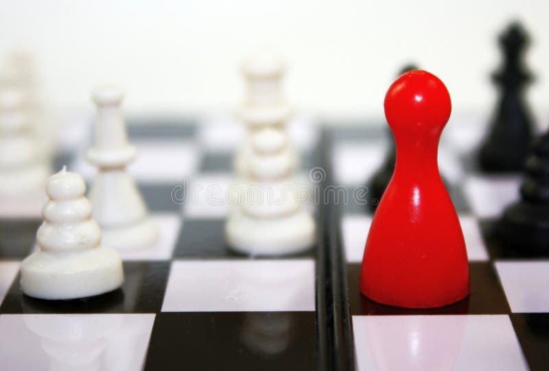 与红色卢多形象的美好的黑白对比在棋枰 概念性领导比赛照片 图库摄影