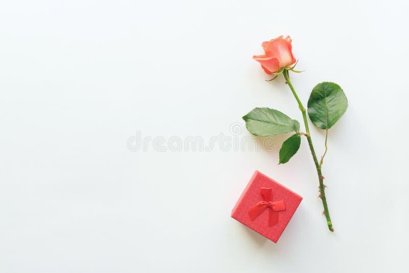 与红色口红、礼物盒和玫瑰的秀丽化妆白色背景 库存照片