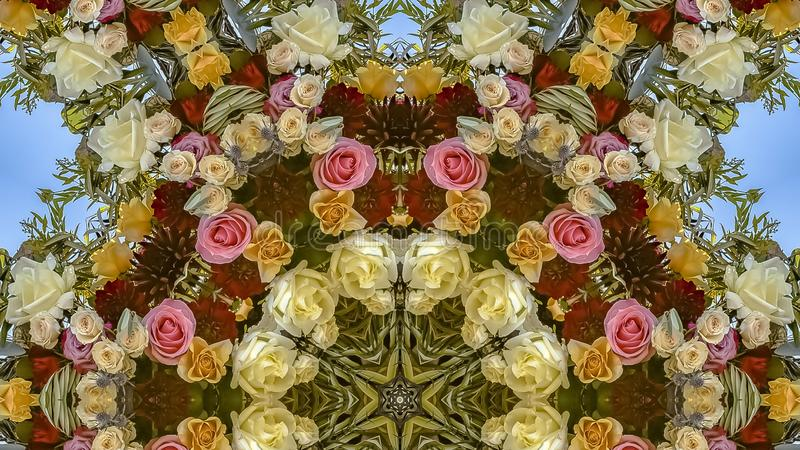与红色和桃红色玫瑰的全景圆花卉设计在婚礼 库存照片