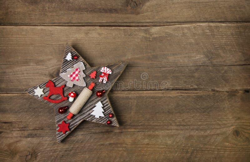 与红色和白色圣诞节decorat的木手工制造被雕刻的星 库存照片