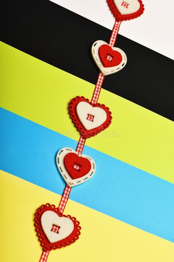 与红色和白色心脏的被检查的丝带成了串珠状对此 免版税库存照片