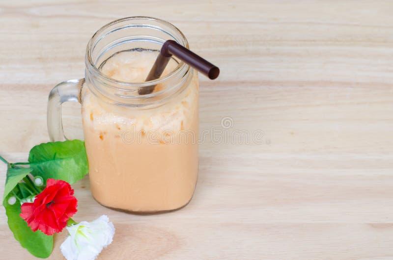与红色和白花的冻牛奶茶 免版税库存照片