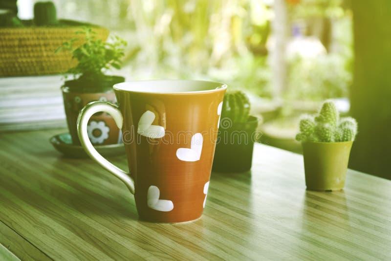 与红色咖啡心形的心脏的早晨咖啡 库存照片