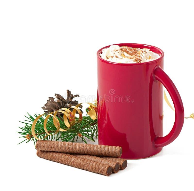 与红色咖啡杯的圣诞卡冠上了与打好的奶油 免版税库存照片