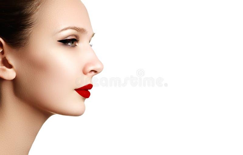 与红色唇膏的美丽的时尚妇女模型面孔画象 g 免版税库存图片