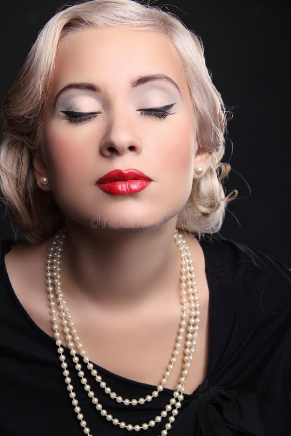 与红色嘴唇的减速火箭妇女纵向和白肤金发 免版税库存图片
