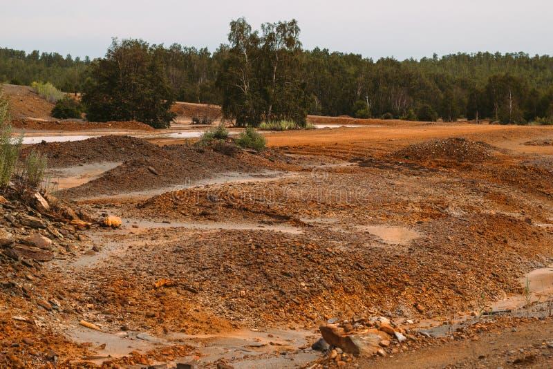 与红色土壤的风景在Karabash,俄罗斯,车里雅宾斯克地区污染了铜采矿的工厂 库存照片