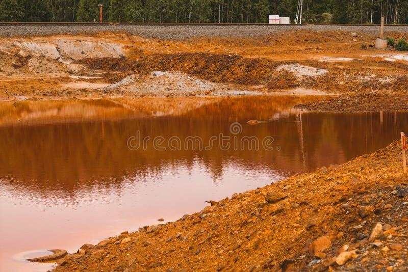 与红色土壤的风景在Karabash,俄罗斯,车里雅宾斯克地区污染了铜采矿的工厂 免版税图库摄影