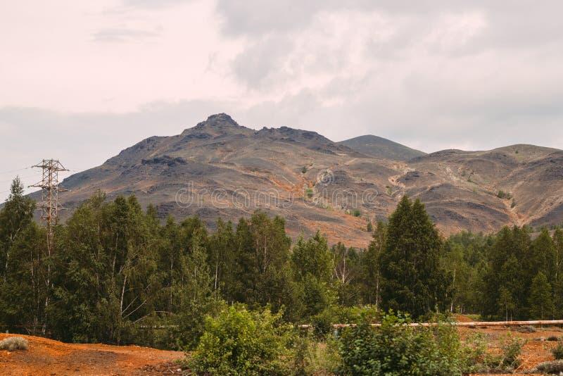 与红色土壤的风景在Karabash,俄罗斯,车里雅宾斯克地区污染了铜采矿的工厂 图库摄影