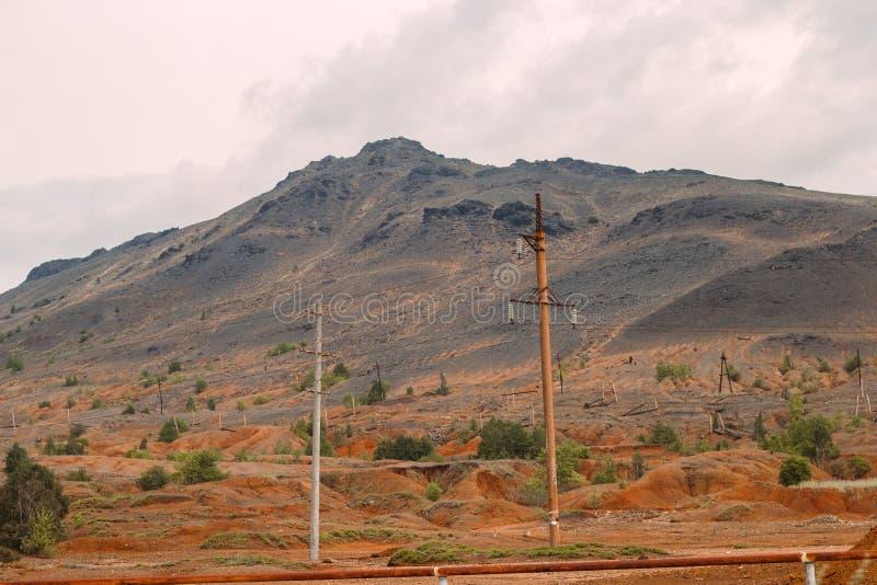 与红色土壤的风景在Karabash,俄罗斯,车里雅宾斯克地区污染了铜采矿的工厂 库存图片