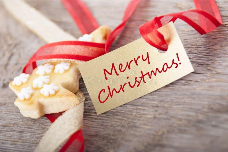 与红色圣诞快乐的金黄标签 免版税库存图片