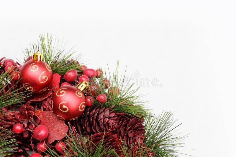 与红色圣诞装饰的圣诞节背景在雪 免版税库存照片