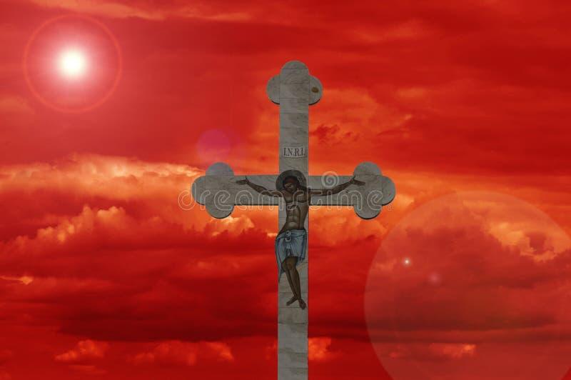 与红色天空的十字架 库存图片
