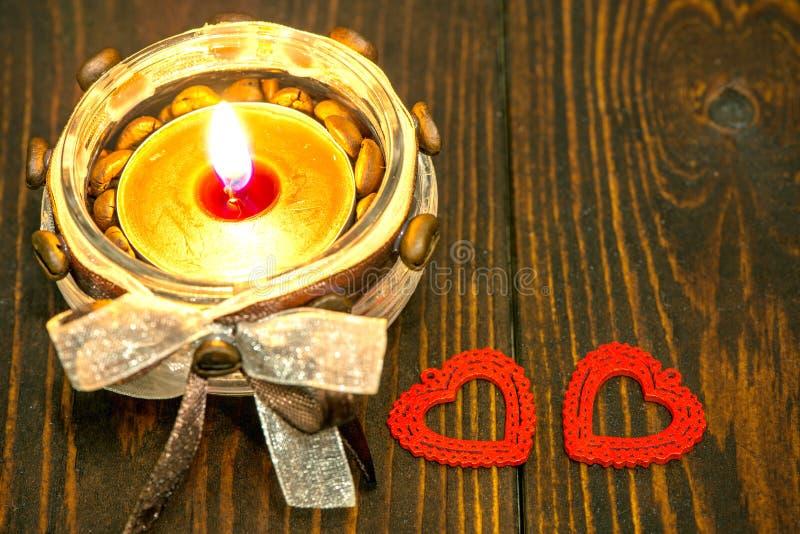 与红色心脏和蜡烛的装饰 免版税图库摄影