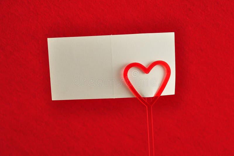 与红色心脏的一个持票人 图库摄影