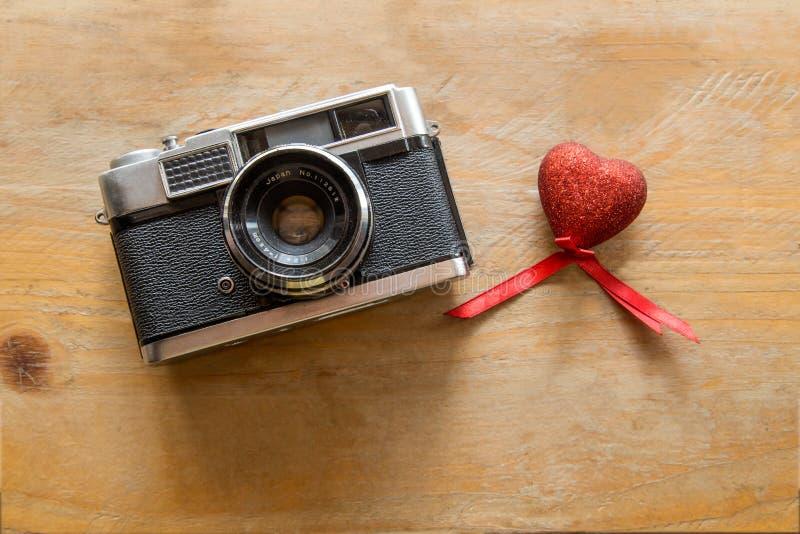 与红色心脏的减速火箭的照相机在木 库存照片