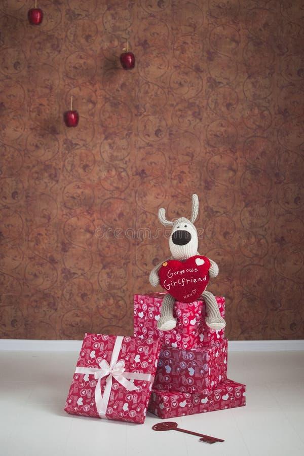 与红色心脏的可爱的狗 免版税库存图片
