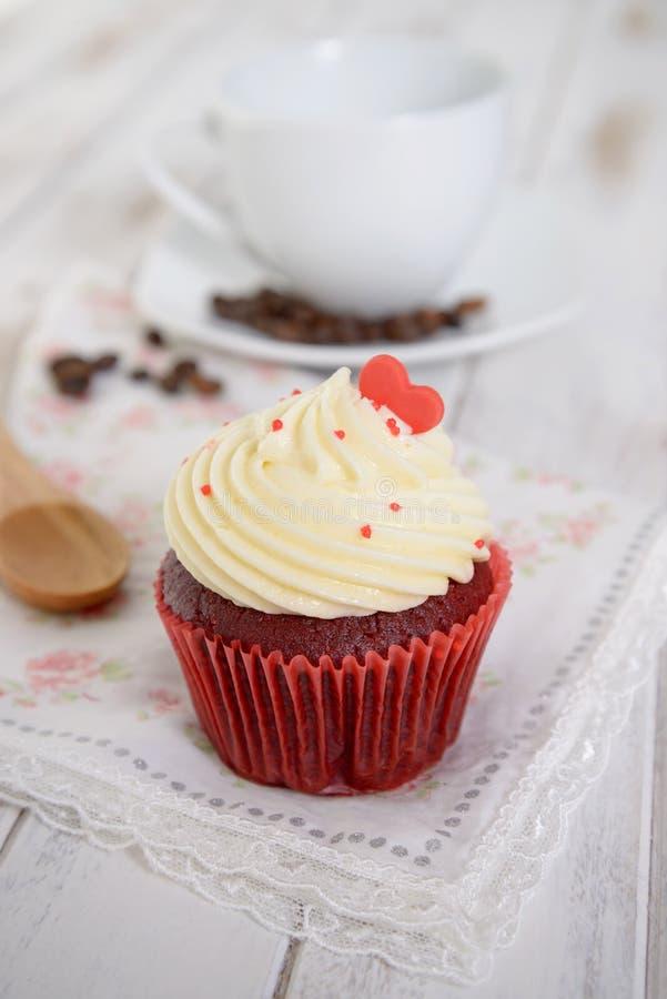 与红色心脏的红色天鹅绒杯形蛋糕在上面 免版税库存图片