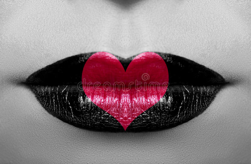 与红色心脏的魅力概念黑色白色照片 免版税库存图片