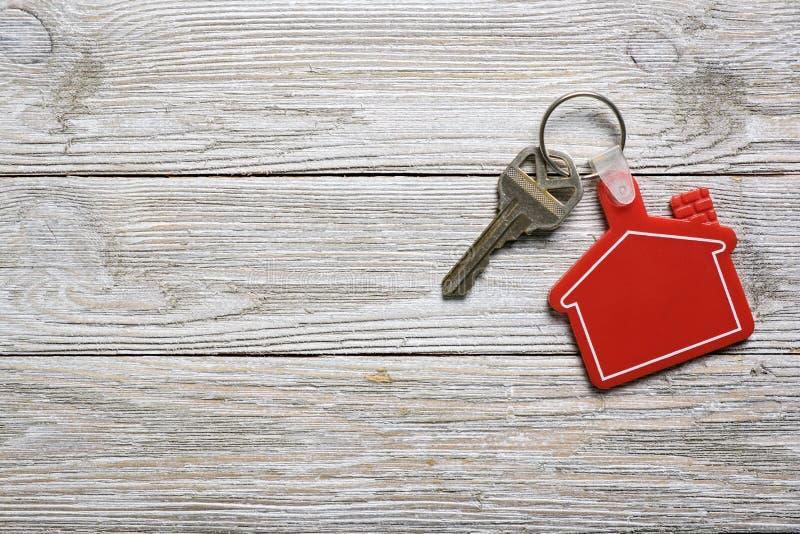 与红色房子形状keychain的议院钥匙不动产概念的 图库摄影